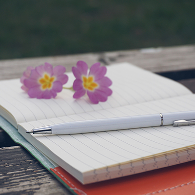 notepade-pen-and-flowers